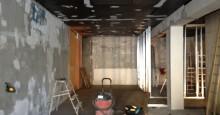 Den udda väggen som höll på att försvinna och taket där vi tog fram takfönster och fick en vitt färg.