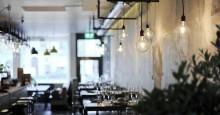 """Bar med pendlade Plumber här ser man också matplatserna som har ett """"tak"""" av unfold"""